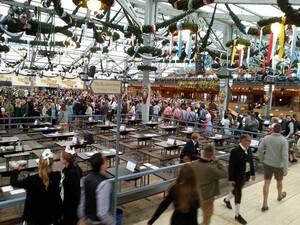 erster andrang im schottenhamel besucher im zelt oktoberfest wiesn 2015