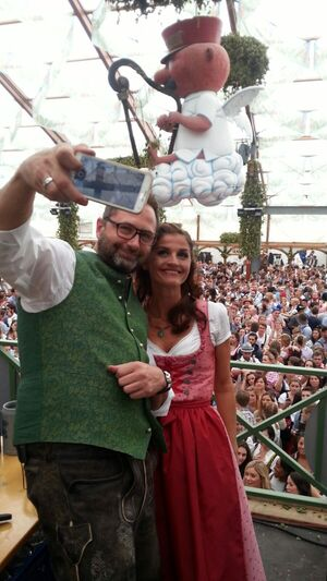 Stimmung im Hofbräu Marion Alex Oktoberfest Wiesn Selfie