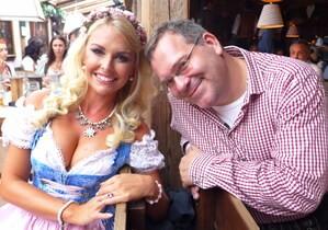 Oktoberfest 2105 Promis Elton, © Oktoberfest 2015: Denise Cotte mit Elton auf der Wiesn