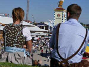 oktoberfest wiesn besucher blicken auf theresienwiese