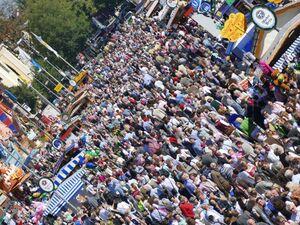 oktoberfest menschenmenge auf der wirtsbudenstrasse