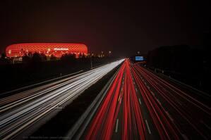 Allianz Arena und Autobahn glänzen rot