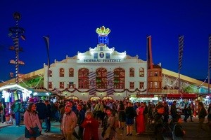 Das Hofbräu-Festzelt am Abend