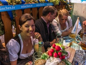 Gäste auf der Hofbräu-Empore