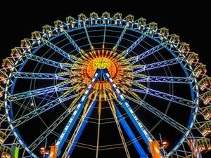 Das Wiesn-Riesenrad glitzert am Abend