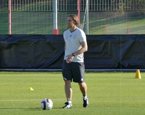 Co-Trainer Thomas Schneider mit Ball
