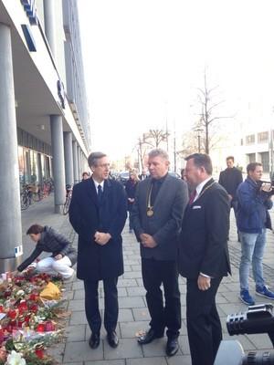 Anteilnahme vor dem französischen Konsulat nach den Anschlägen in Paris, © M. Jean-Claude Brunet (franz. Generalkonsul), Oberbürgermeister Dieter Reiter und Seppi Schmid
