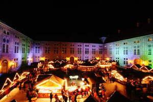 weihnachtsdorf in der residenz beleuchtet von oben