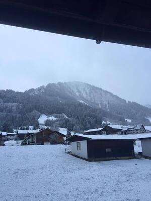 landschaft mit schnee in bergen mit häusern und wiese mit schnee bedeckt, © Elmar Müller