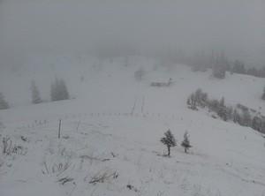 Berg in Schnee mit rüber sicht