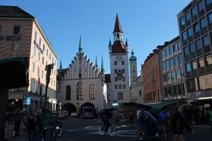 Altes Rathaus von vorne mit Spielzeugmuseum und durchfahrt zum tal, © Altes Rathaus