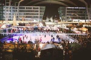 WIntermarkt flughafen schlittschuhbahn große halle, © Foto Wintermarkt Flughafen