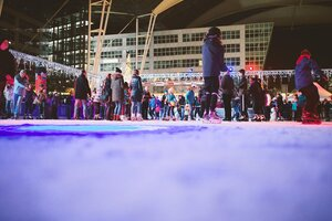 Wintermarkt Flughafen eislaufbahn mit vielen schlittschuhlaufenden Menschenmenschen, © Foto Wintermarkt Flughafen