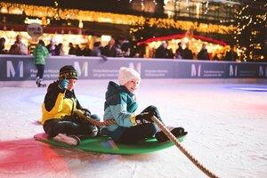 Wintermarkt am Flughafen Schlittschuhbahn mit Kindern die gezogen werden, © Foto Wintermarkt Flughafen