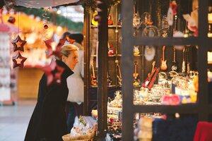 Wintermarkt am FLughafen Buden mit Weihnachtsdeko, © Foto Wintermarkt Flughafen