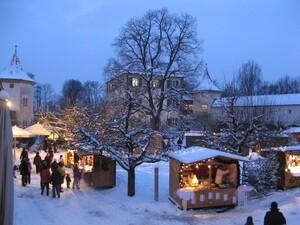 Schlosshof mit beleuchteten Buden im Schloss Blutenburg, © Foto Weihnachtsmarkt Schloss Blutenburg