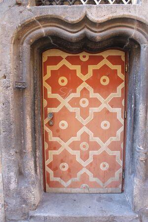 historische Tür mit orangener Bemalung des Weinstadls, des ältesten Bürgerhauses in München, in der Burgstraße, © Historische Tür des ältesten Bürgerhauses