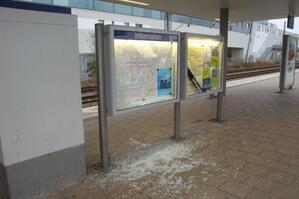 zerstörte glasschaukästen am bahnsteig bahnhof moosach, © Bundespolizei