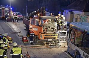 LKW und Bus Unfall, © Foto der Berufsfeuerwehr München