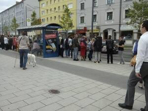 Menschenmenge an einer Haltestelle, © Thema Smaltalk: Nette kliene Unterhalung oder doch eher eine nervige Angelegenheit