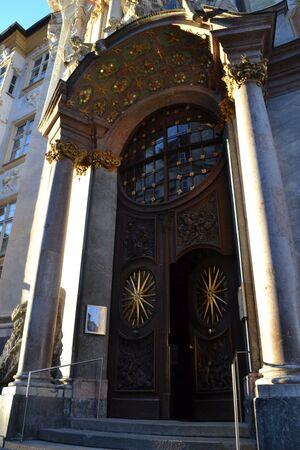 Tor der Asamkirche in der Sendlinger Straße mit Gold und besondere Gestaltung der Tür mit heiligem Nepomuk über der Tür, © Tor der Asamkirche in der Sendlinger Straße