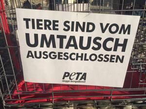peta aktion tiere sind keine weihnachtsgeschenke demo, © Tiere sind vom Umtausch ausgeschlossen - Plakat bei der PETA-Aktion