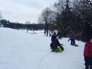 kinder im schnee mit schlitten, © Schlittenfahren im Westpark