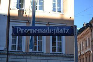 straßenschild vom promenadeplatz