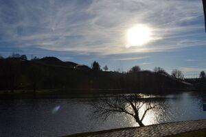 olympiasee mit sonne und klarem himmel