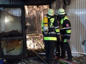 Feuerwehr beim Einsatz Brand Asylbewerberheim, © Die Feuerwehr im Einsatz in der Unterkunft in München