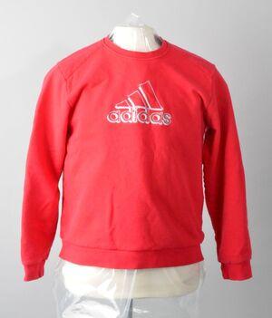 roter Adidas Pullover des Tatverdächtigen Ehemanns auf weißer Puppe, © Roter Pullover des Tatverdächtigen
