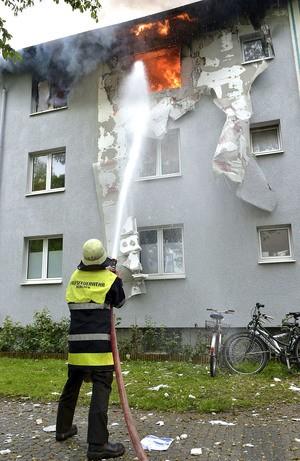Feuerwehrmann löscht das Feuer vom Boden aus , © Foto der Berufsfeuerwehr München
