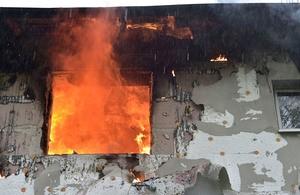 Flammen ragen aus zerstörter Wohnung heraus, © Foto der Berufsfeuerwehr München
