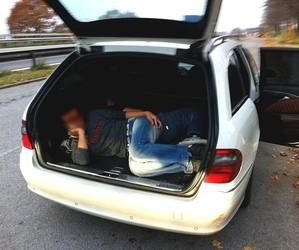 Ein Flüchtling liegt im Kofferraum eines Schleuserautos, © Rückgang der Schleuser in Bayern