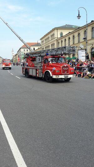 Alte Drehleiter Feuerwehr Parade München