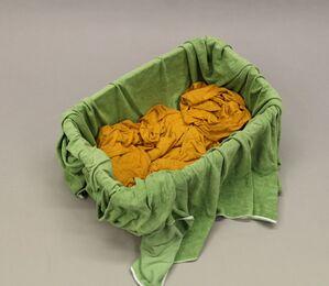 Wäschekorb mit grünem Betttuch und gelbem Bettlaken, © Foto: Polizei