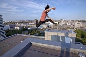 Unterwegs auf Münchens Dächern - Rooftopper und Freeclimber Icarus auf Hausdach, © Foto:  Icarus Senpai