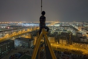 Unterwegs auf Münchens Dächern - Rooftopper und Freeclimber Icarus auf Kran, © Foto:  Icarus Senpai