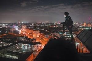 Unterwegs auf Münchens Dächern - Rooftopper und Freeclimber Icarus - Ausblick über Stadt, © Foto:  Icarus Senpai