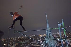 Unterwegs auf Münchens Dächern - Rooftopper und Freeclimber Icarus auf Baugerüst, © Foto:  Icarus Senpai