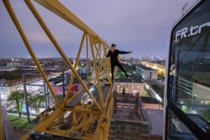 Unterwegs auf Münchens Dächern - Rooftopper und Freeclimber Icarus auf Kran -Panorama, © Foto:  Icarus Senpai