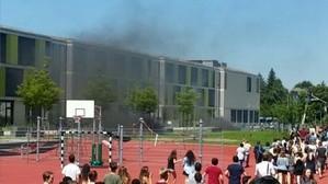 Rauchwolken und Feuer am Gymnasium in Trudering (München)