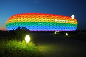 Mit einer regenbogenfarbenen Beleuchtung beteiligte sich die Allianz Arena am Christopher Street Day in München, © Foto: Allianz Arena/B. Ducke