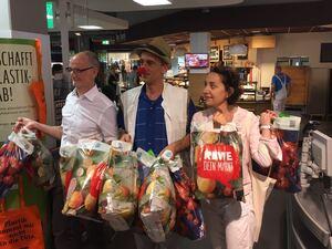 Plastiktüte, REWE, Supermarkt, Kasse, © Die letzten 10 Plastiktüten werden voll gespendet