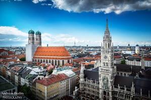Das Alte Rathaus in München mit Blick auf die Frauenkirche, © München, das Rathaus, Frauenkiche und Co. - Foto: Andreas Bedity Photography