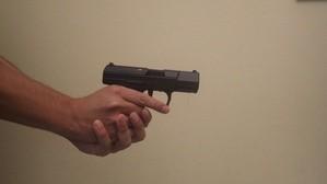 Eine schwarze Softair Pistole, © Foto: Polizeipräsidium Oberbayern Süd