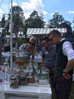 © Die verschiedenen BarkeeperInnen begutachten die Kräuter und heimischen Produkte für ihre Cocktails.