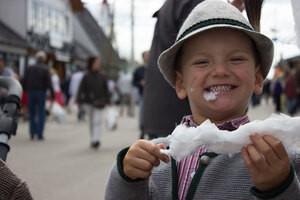 Kleiner Bua mit Zuckerwatte am Familientag!, © Rico Güttich / münchen.tv