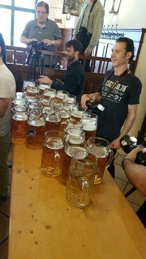 Maßkrug, Bierkrug, Weltrekord, © Matthias Völkl hat 29 Maßkrüge über 40 Meter getragen