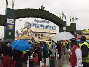 Der Eingang zur Wieso - Trotz Regen und Kontrollen kommen viele zum Oktoberfest